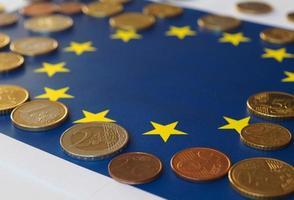 monedas de euro, unión europea, sobre bandera foto