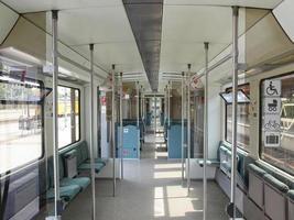 interior del tren vacío foto