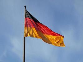 bandera alemana sobre el cielo azul foto