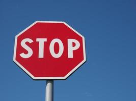 señal de stop sobre cielo azul foto