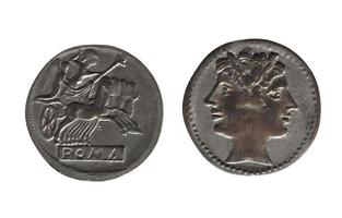 Moneda romana antigua aislada sobre blanco foto