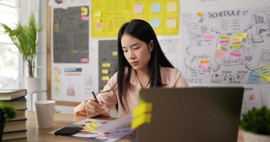 mulher escrevendo em papéis video