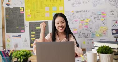 sucesso da mulher asiática na tarefa video