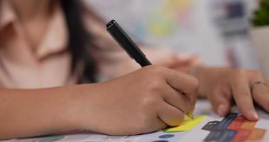 mulher escrevendo no papel video