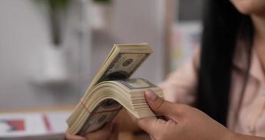 las manos de las mujeres están contando billetes de dólar video