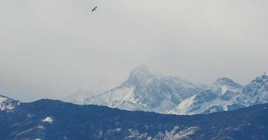 Vista de los Alpes italianos en el valle de Aosta, Italia foto