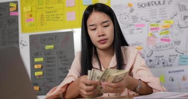 una mujer cuenta billetes de un dólar video