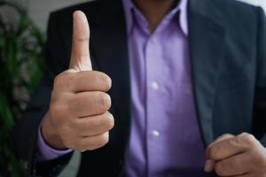 mano de hombre de negocios mostrando un pulgar hacia arriba foto