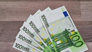 Descripción y detalle de los billetes de 100 euros video