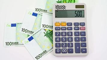 Billetes de 100 euros con calculadora video