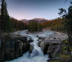 sunwapta falls es un par del río sunwapta en el bosque de otoño foto