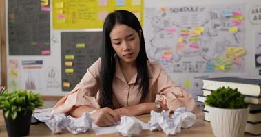 mulher amassando papel e ficando frustrada video