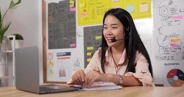 dama con auriculares usando laptop y hablando video
