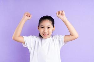 retrato, de, niño asiático, en, fondo púrpura foto
