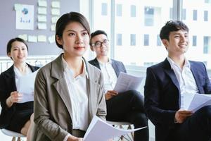 Empresaria asiática escuchando atentamente durante la reunión foto