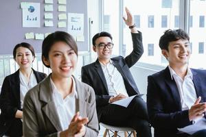 retrato, de, asiático, hombre de negocios, levantar su mano foto