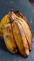 un plátano con un primer plano, contra un fondo negro foto