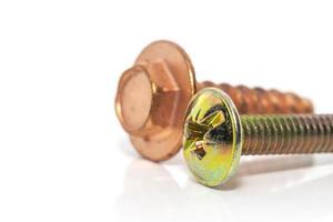 Primer plano de tornillos de cobre y latón foto