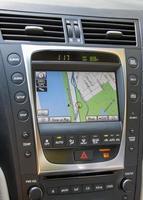 Primer plano de la pantalla de información de la pila central en un coche de lujo foto