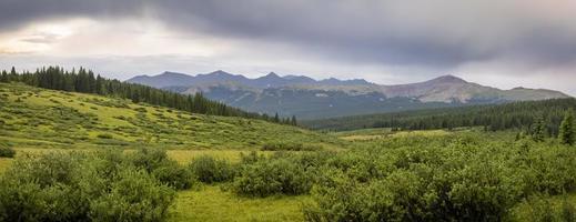 Paisaje del paso de montaña del santuario en Colorado durante el verano foto
