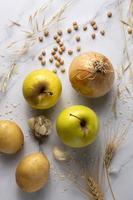 Arreglo de manzanas de cebollas planas foto
