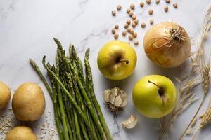 cebollas manzanas arreglo vista superior foto