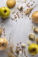 vista superior, cebollas, manzanas, arreglo foto