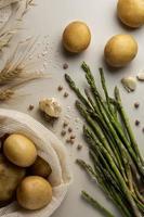 Vista superior arreglo de patatas espárragos foto