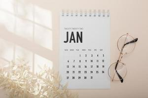 arreglo de vista superior con lápices de calendario foto