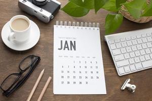 concepto de organización del tiempo de vista superior con calendario foto