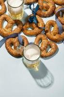 arreglo de oktoberfest con delicioso pretzel foto