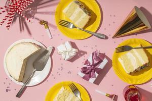 concepto de cumpleaños con sabroso pastel foto