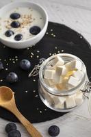 el delicioso yogur con frutos rojos en la mesa foto