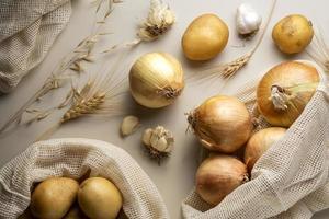 arreglo plano de cebollas de patatas foto