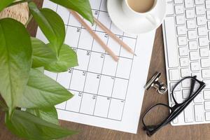 concepto de organización de tiempo plano laico con calendario foto