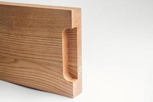 Tabla de cortar de madera con trazado de recorte sobre fondo blanco. foto