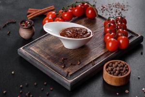 salsa roja o kétchup en un bol e ingredientes para cocinar foto