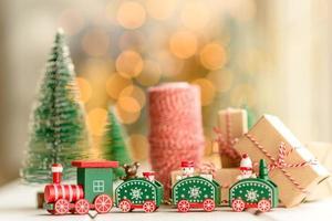 elementos rojos y verdes que se utilizan para decorar el árbol de navidad foto