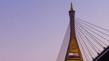bhumibol -bron i thailand i skymningen video