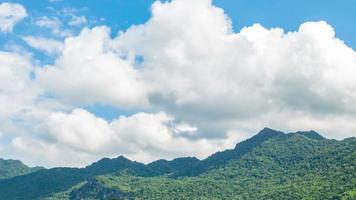 rörligt moln över berget och majsfältet förflutit video