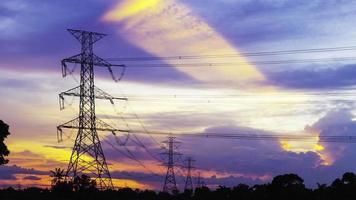 pilar de eletricidade contra fundo colorido do pôr do sol timelapse video