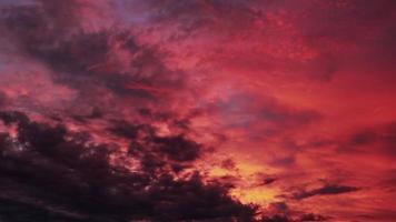 rörelse av rosa moln i strålar av kvällssol video
