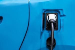 cargar la batería de un coche eléctrico acceder a la electrificación del vehículo foto