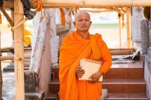 monjes en tailandia con un libro foto