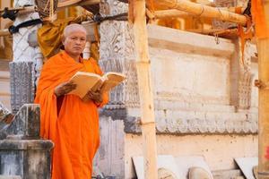 monjes en tailandia están leyendo libros foto