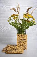 un ramo de flores silvestres en un frasco foto