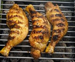 muslos de pollo picante a la parrilla foto