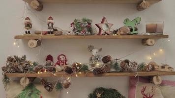 una habitación con adornos navideños y juguetes. en los estantes de madera hay recuerdos y decoraciones foto