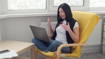 videollamadas de mujer caucásica en la computadora portátil, transmisión de capacitación en seminarios web en línea, conferencias en conversaciones de chat web a distancia. trabajar desde casa. foto