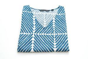 Camiseta azul con franja blanca aislado sobre fondo blanco. foto